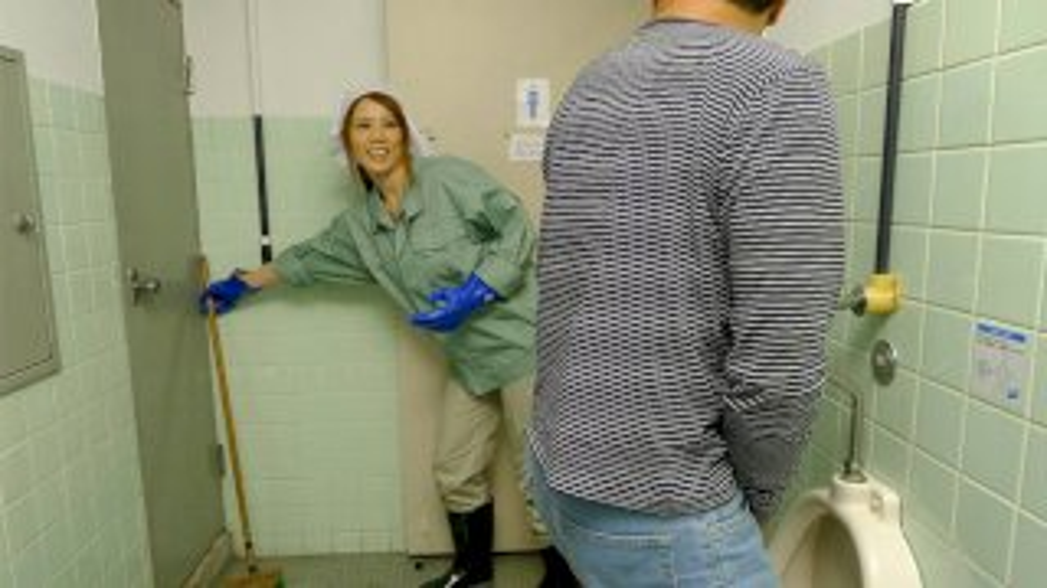 Maki Koizumi jumps on men in a public bathroom to suck them off - Japan HDV
